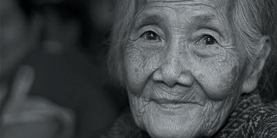 nenek tua pekerja keras motivasi bisnis