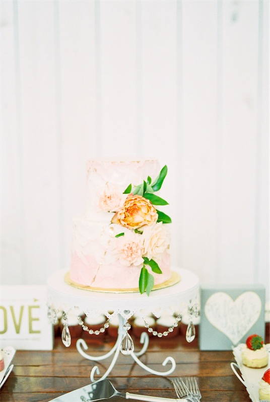 Boda en blanco tarta nupcial con flor chicanddeco