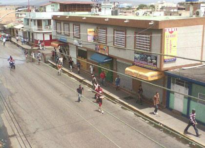 dos-muertos-25-heridos-y-mas-de-70-comercios-saqueados-cumana