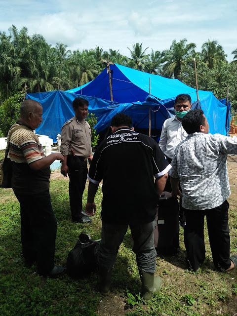 Tim Forensik RS Dr Djasamen Saragih Pematangsiantar saat di lokasi makam Siti.