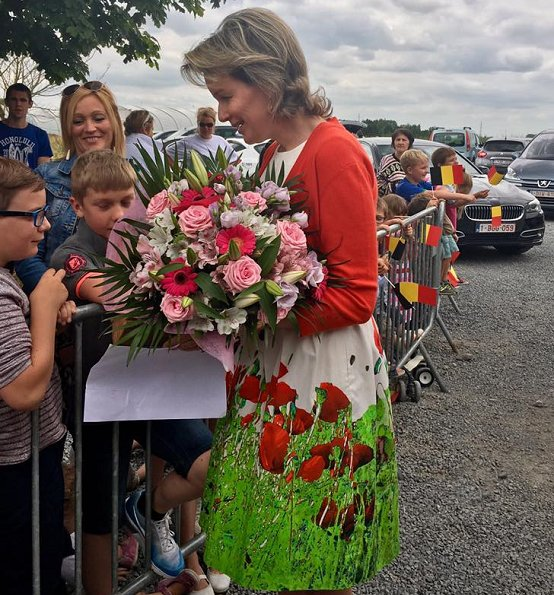 Queen Mathilde visited Ferme de Coux in Maillen and La Petite Campagne in Bovesse. Queen wore Natan dress and natan pumps