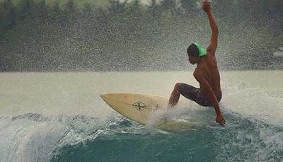 Surfing Pulau Nias