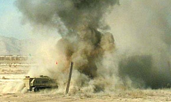 MV-4 menetralkan ranjau di Afghanistan