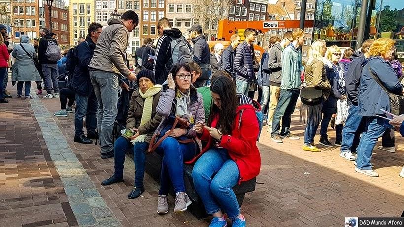 Mamis esperando para entrar na Casa de Anne Frank: como visitar o museu em Amsterdam