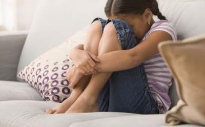 اضرار المقارنة بين الاطفال على نفسية الطفل طفلة بنت فتاة حزينة تبكى صغيرة child kid small little girl cry crying sad
