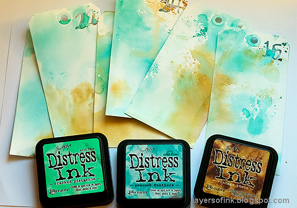 Layers of ink - December Countdown Calendar Tutorial by Anna-Karin Evaldsson. Inking with Distress Ink.