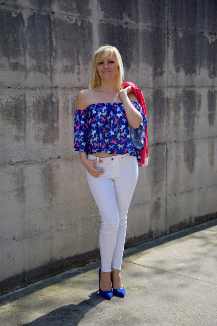 outfit top blu stampato come abbinare un top stampato abbinamenti top stampato jeans bianchi skinny mariafelicia magno fashion blogger color block by felym fashion blog italiani