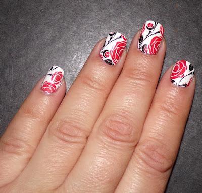 #manicura con water decals en blanco y rojo