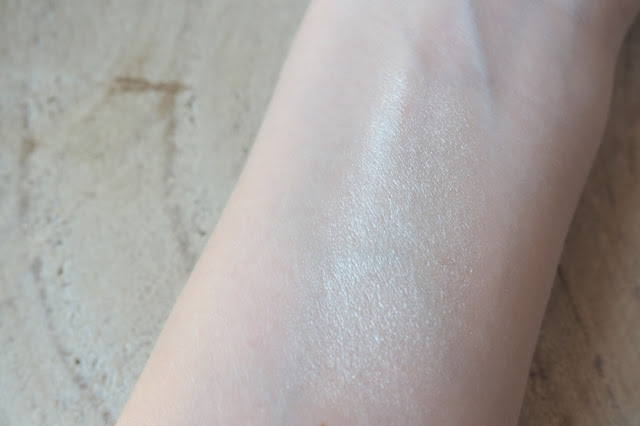 Revue et swatch du Glow Stick de Marc Jacobs par Clowy, un highlighter, enlumineur champagne