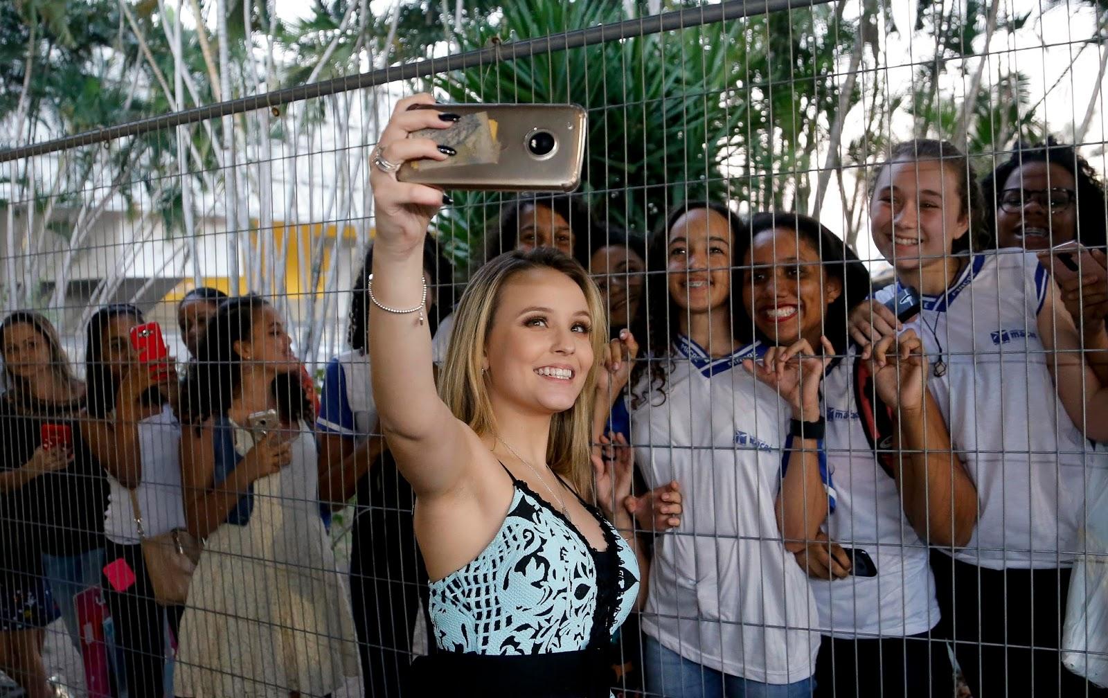 f0580deecfa9c A atriz Larissa Manoela ainda autografou seu mais novo livro   , para mais  de 400 pessoas que a esperava. O sucesso dela vai além das telinhas e chega  até ...