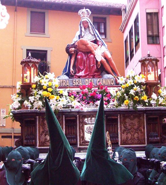 Paso de la Virgen del Camino por la calle Plegaria. Jueves Santo, León. Foto G. Márquez.