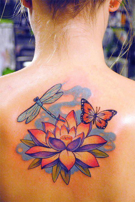 Una mujer con un tatuaje de flor de loto y maariposa