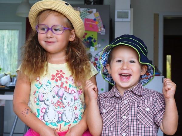 rodzeństwo rok po roku - czteroletnia Zosia i trzyletni Szymek