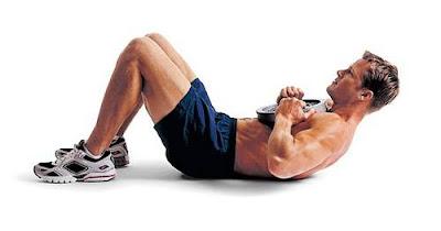 ejercicios abdominales con disco en el pecho