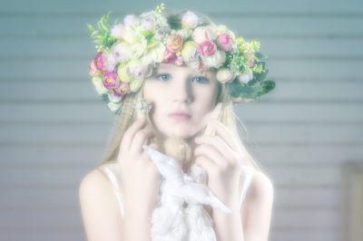 blondynka, kwiaty we włosach wianek, niebieskie oczy, dziewczyna, dziecko, cute