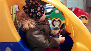 Kind im Einkaufsauto