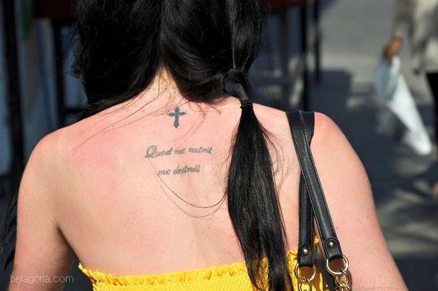 tatuaje de frase en latin de angelina jolie