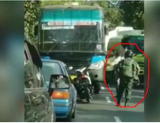 Bus Ugal-ugalan Ketemu Tentara Bermotor, Begini Jadinya!