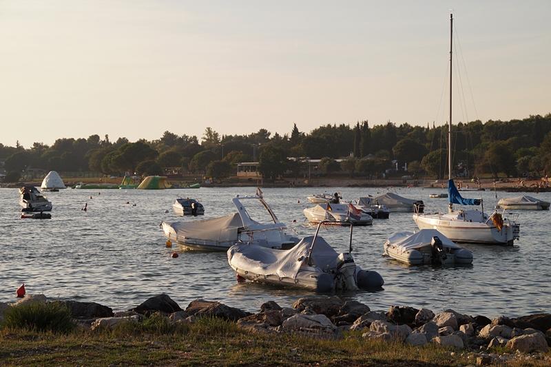 Kroatien Hafen am Mittelmeer im Sommerurlaub: Boote, Felsen, Sonne