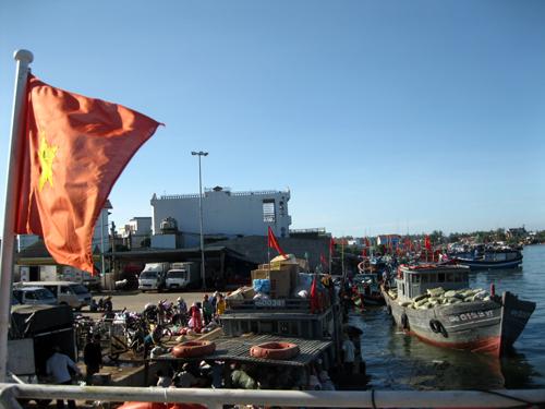 Khách rời cảng Sa Kỳ lên tàu ra thăm đảo Lý Sơn.