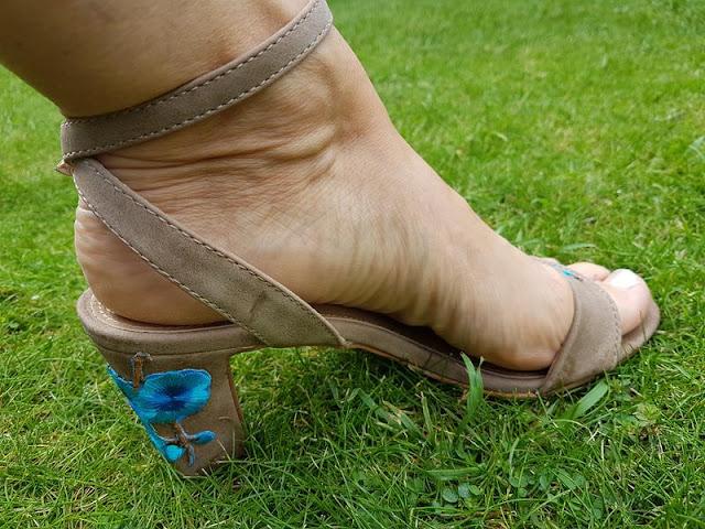 Schuhe mit Blumen bekleben