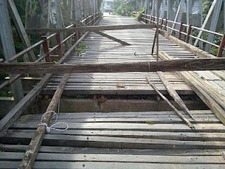 Akibatnya, saat ini jembatan hanya dapat dilalui sepeda motor. Sedangkan kendaraan roda empat keatas belum dapat melintas. Warga memagari bagian jembatan yang bolong dengan kayu seadanya.