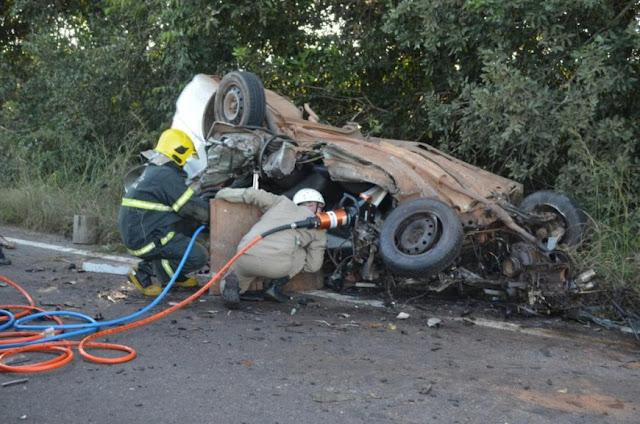 Carro bate de frente com carreta e dois idosos morrem na BR 435 em Rondônia