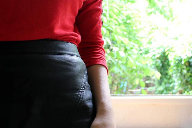 Ootd d'un look faussement streetwear avec tee shirt à manches longues rouges Stradivarius et jupe simili-cuir Zara