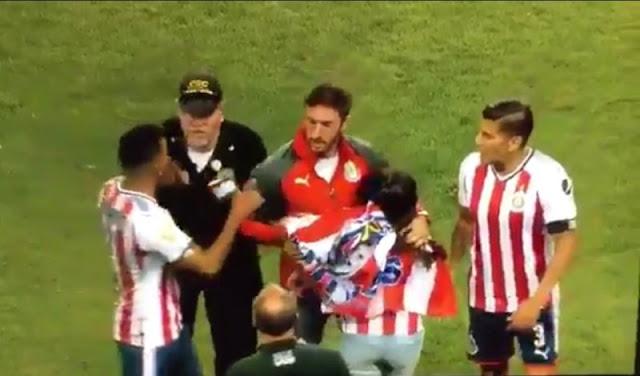 Jugadores de Chivas defendieron a aficionada que era agredida por policía en EU.