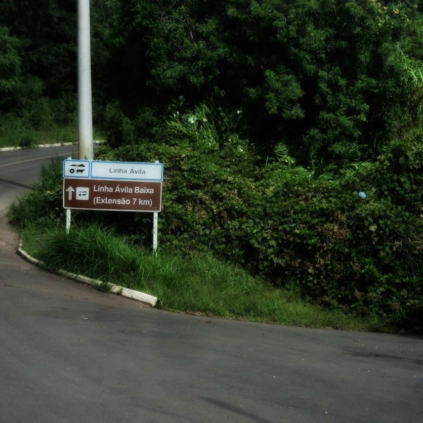 Linha Ávila, em Gramado, fica em Frente. O acesso à trilha até a Cascata dos Narcisos fica à direita