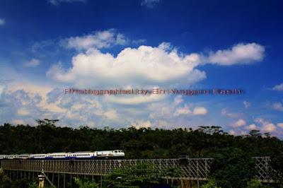 Kereta api melintasi Jembatan Cirahong.