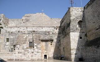 Basílica de la Natividad y al fondo su pequeña puerta de entrada
