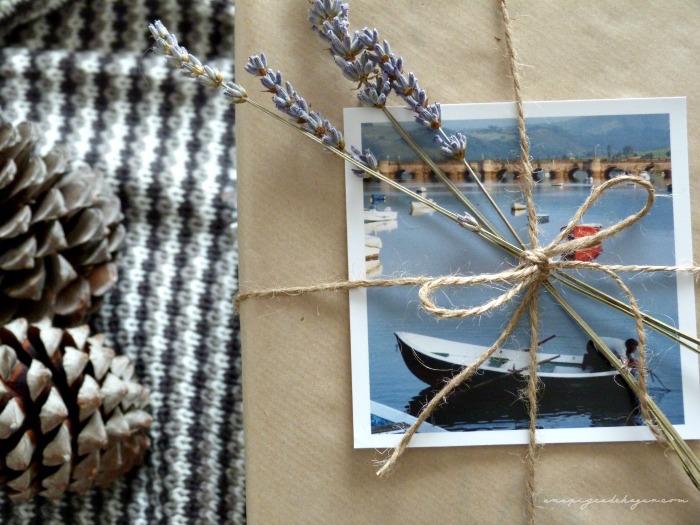 paquete con cuerda, lavanda y kraft