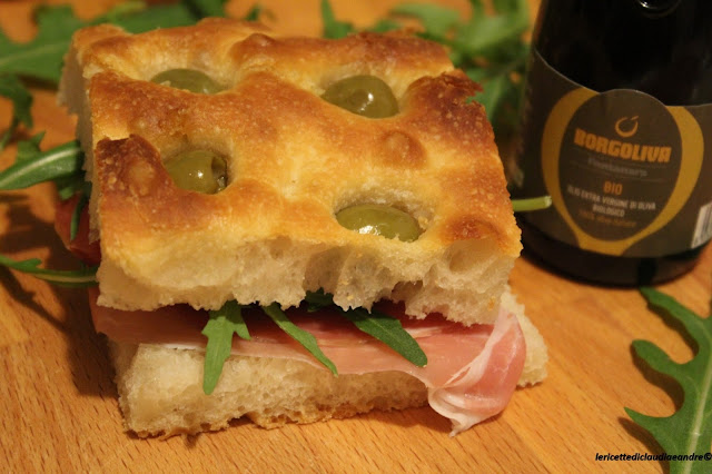 Focaccia con olive e lievito madre, a lunga lievitazione