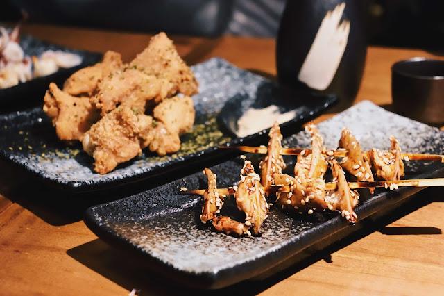 脆口雞軟骨、雞心等,以及限量的炸雞膝骨(雞腿連接雞爪的關節部位),也皆是下酒時不可或缺的小菜。