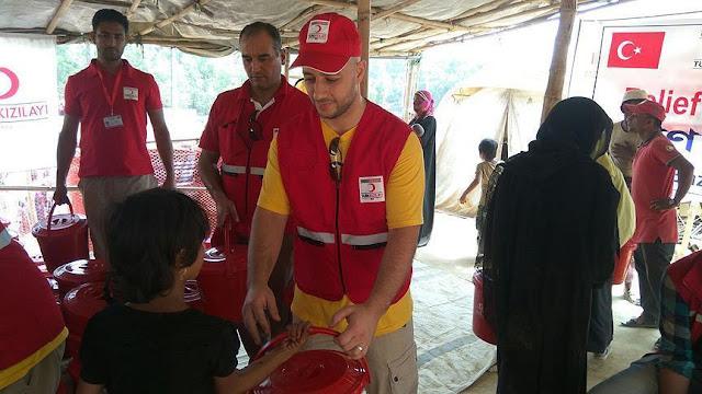 Maher Zain Antar Makanan ke Pengungsian Rohingya