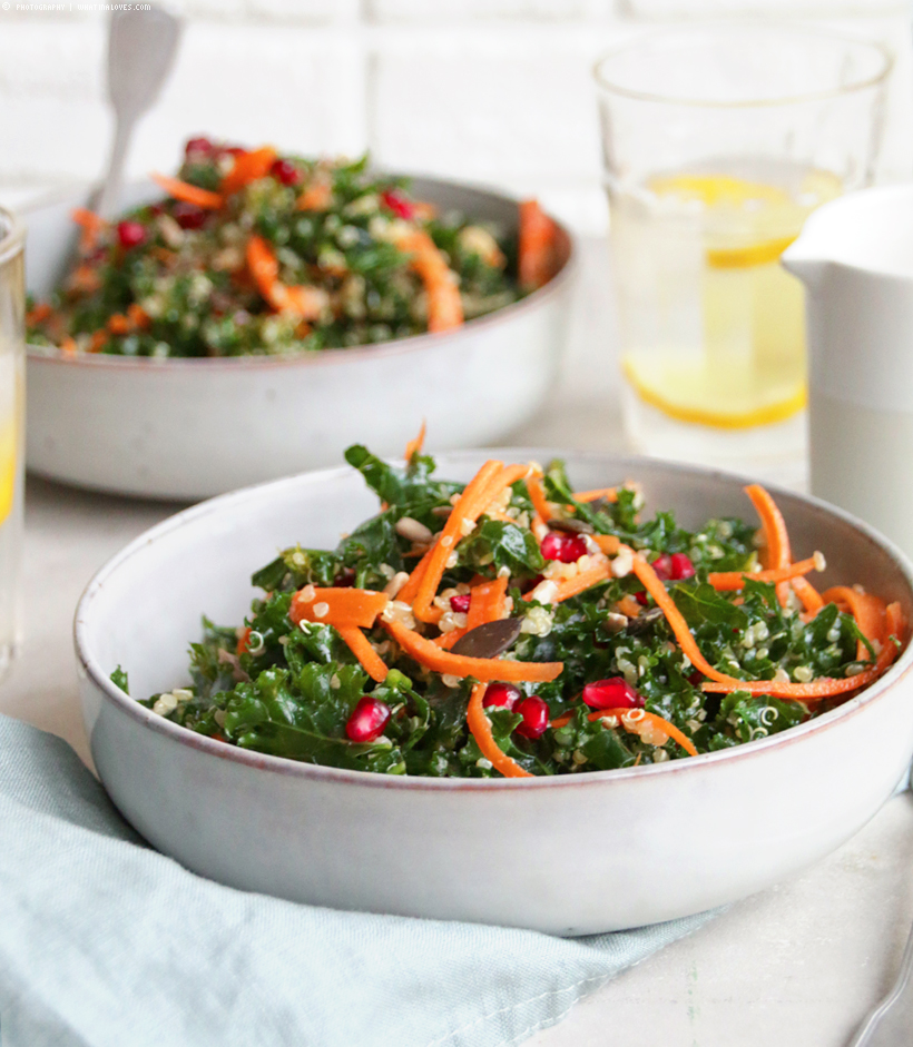 Grünkohlsalat mit Quinoa, Granatapfel & cremigem Tahini-Dressing