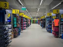 ... con veinte tiendas deportivas) y se llamó Decathlon USA. Más tarde en  2003 tuvo que cerrar tiendas en Massachusetts y en 2006 en Estados Unidos. 5b5f7d135fbfd