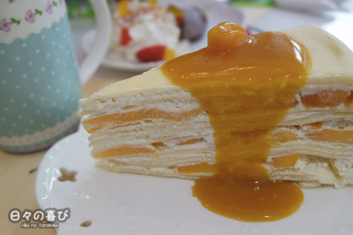 mille feuille à la mangue et son coulis de fruit