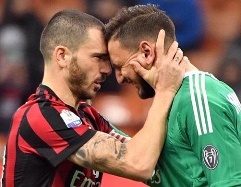 Bonucci đang an ủi thủ môn Gianluigi Donnarumma trước những dư luận.