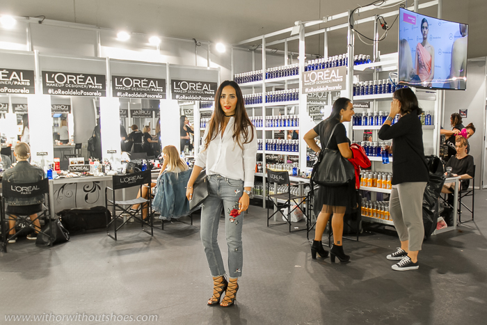BLogger influencer de moda belleza en el backstage de la fashion week