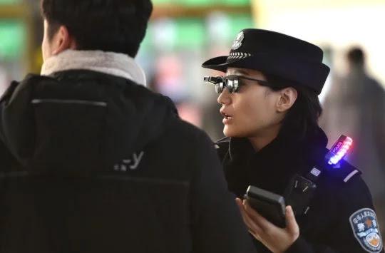 Polisi China Memakai Kacamata Cerdas dengan Pengenalan Wajah