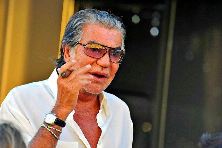 Roberto Cavalli gençlik çağlarında testil baskıları üzerine özel eğitimler almıştı.