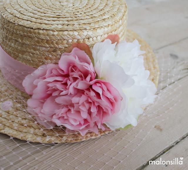 Sombrero para invitada boda con flores grandes y velo plumetti, primer plano