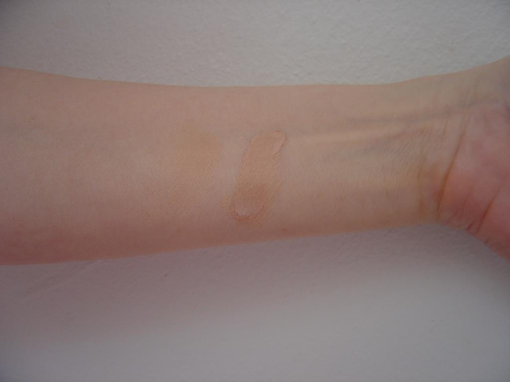 IT Cosmetics Bye Bye Under Eye Concealer (Neutral Medium) swatch.jpeg