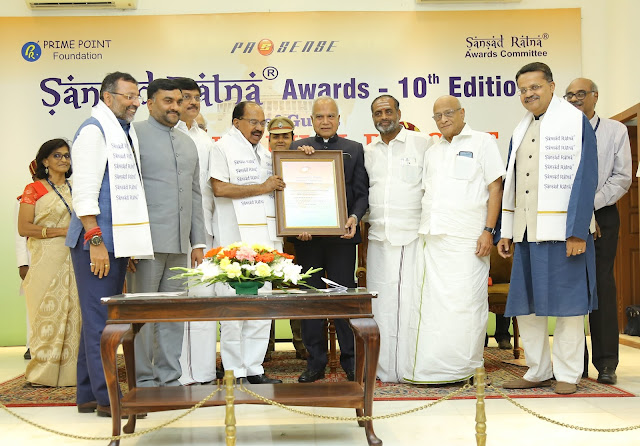 Dr Veerappa Moily, Chairman of Finance Committee receiving the Sansad Ratna Awards from Hon'ble Governor of Tamil Nadu Shri Banwarilal Purohit. The other Finance Committee Members joined him to receive the Award.