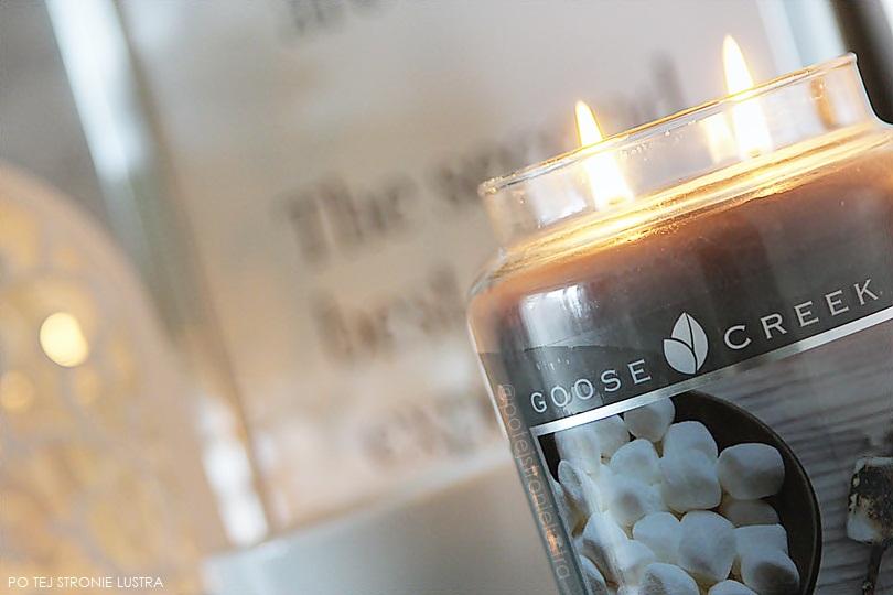 palące się knoty w świecy goose creek campfire marshmallow