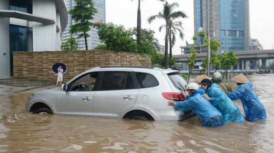 """""""Cấp cứu"""" ô tô bị ngập nước"""
