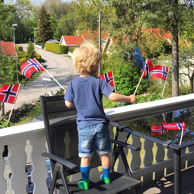 425e0b12 Siste dag i gamle jobb ventet Sofus og jeg på altan, og veivet med flagg da  Aleksander kjørte opp på gårdsplassen vår!! Hipp hurra for 6 uker ferie, ...