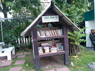 Tempat rak buku